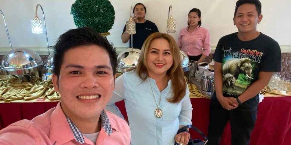 Groupie with the team waiters before start the wedding reception! #eventsbyeckin...